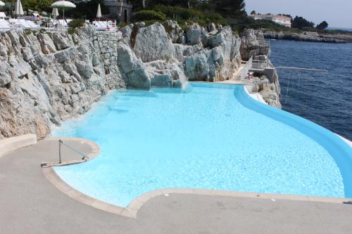 hotel du cap eden roc, swimming pool at hotel du cap eden roc